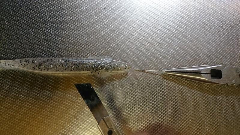 ワームの裂けた場合は熱したカッターナイフの刃を押し込み抜くだけで接着します。