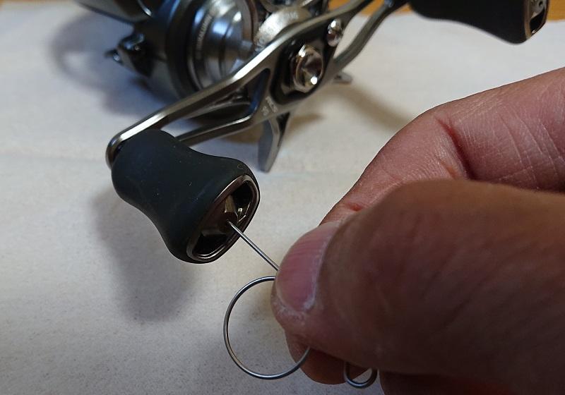 ハンドルノブの真ん中の穴に工具を差し込む