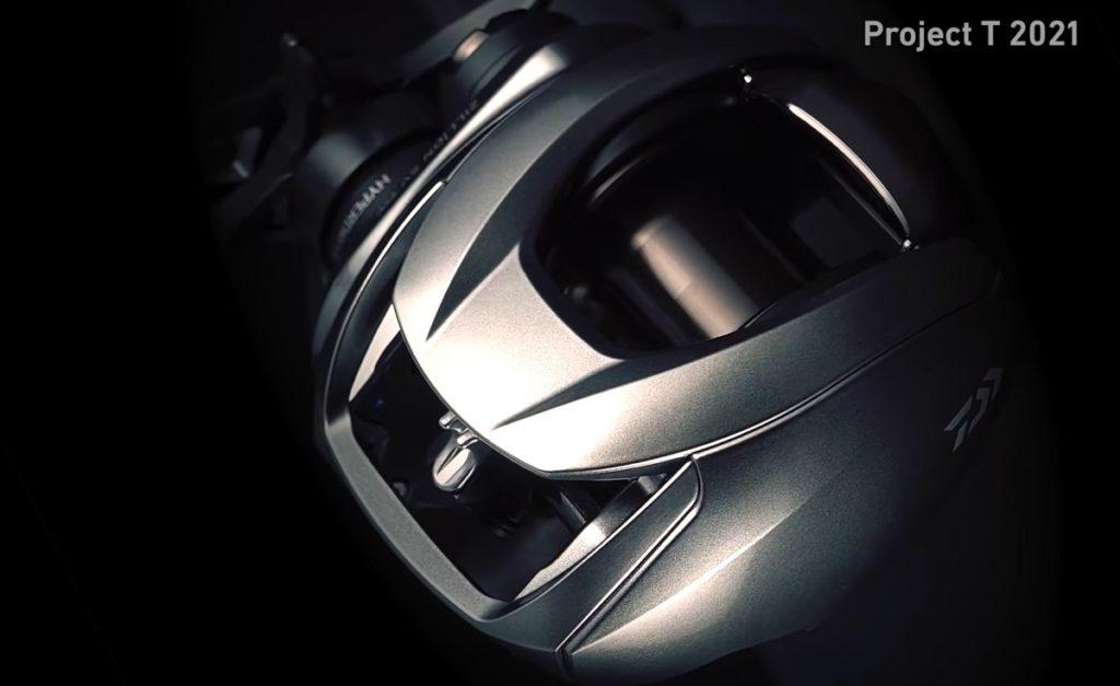 内部構造を高剛性、高精度でしっかりと支え、精緻な巻き心地とパワーを生む筐体システム。要であるフレームに金属素材を用いることが必要条件で、サイドプレートやセットプレートとの組合せにより、基本性能をさらに長く発揮し続けることを可能にする。本シリーズでは、フレーム、ギア側サイドプレート、ダイヤル側セットプレートにアルミニウム合金を採用。堅牢無比な強度を実現したフルメタルハウジング仕様となっている。