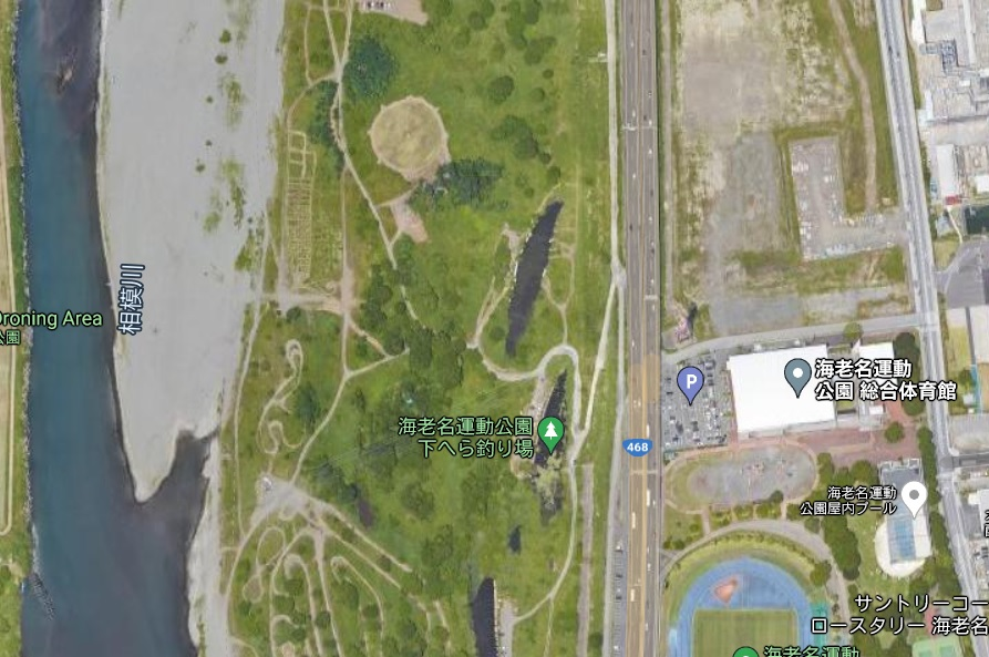 海老名運動公園裏へ行くには海老名運動公園総合体育館横の道をすすむと、河川敷に下りる道案内の看板があるのでそちらに進む